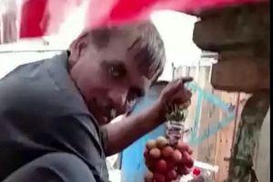 Bắt quả tang người bán hàng phun sơn, biến nho xanh thành nho chín trong tích tắc
