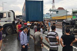Xe container va chạm xe tải ở dốc cầu vượt Gò Mây