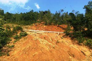 Sạt lở núi, hàng nghìn m3 đất đá chắn ngang quốc lộ 15A
