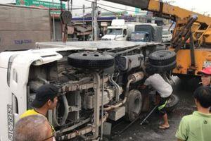 Nhiều người 'rụng rời' khi xe container 'đại náo' cầu vượt ở Sài Gòn