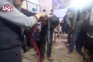'Mũ trắng' làm phim 'các vụ tấn công hóa học' với trẻ em mồ côi ở Idlib, Syria