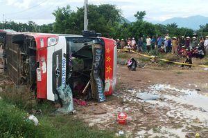 Xe giường nằm 'bay' xuống ruộng, 29 hành khách may mắn thoát chết