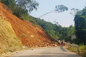 Hàng trăm khối đất đá đổ ụp chắn ngang QL15A