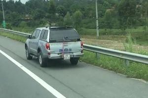 Clip: Ô tô 7 chỗ liều chết đi lùi trên cao tốc Hà Nội - Lào Cai