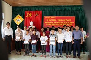 Đức Thọ (Hà Tĩnh): Trao 70 suất quà cho học sinh nghèo vượt khó