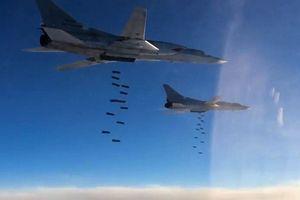 Nga: 10 máy bay ném bom Tu-22M3 đồng loạt không kích 'sân bay kẻ thù'