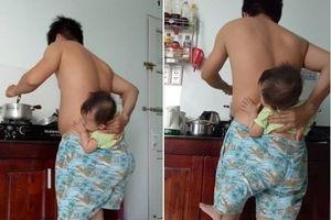 Cười ngất với ông bố vừa địu con trong quần, vừa nấu cơm