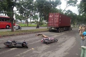 Ngã ra đường sau tai nạn, người phụ nữ chết thảm dưới gầm container