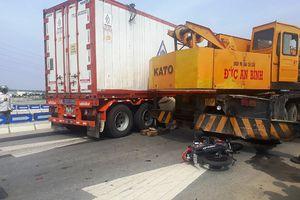 Người đàn ông bị container kéo lê trên cao tốc