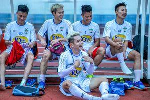 Hồng Duy khoe mái tóc nhuộm bạc giống Văn Toàn trước trận đấu của HAGL