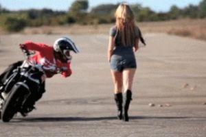 Tay lái môtô ngã 'chổng vó' vì mải ngắm chân dài