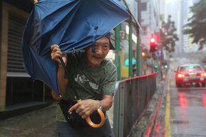 Bão Mangkhut đổ bộ Hong Kong: Kinh hoàng trước những cột sóng khổng lồ
