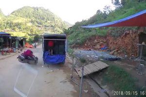 Lao thẳng vào ô tô tải ven đường, tài xế xe máy tử vong