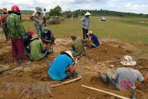 Hàng ngàn người đổ xô đào đá đen, bán giá 3 triệu đồng/kg