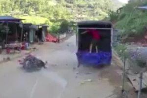 Clip: Thanh niên tông rung chuyển ô tô đỗ bên đường, tử vong tại chỗ