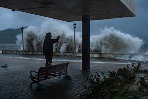 Cảnh tượng kinh hoàng khi bão Mangkhut đổ bộ vào Hồng Kông