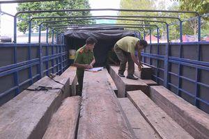 CSGT Đắk Lắk bắt xe chở gỗ lậu trong lúc tuần tra