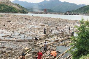 Công nhân dọn rác trong lòng hồ thủy điện Bản Vẽ