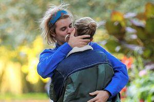 Justin Bieber và Hailey Baldwin khóa môi say đắm trên đường phố
