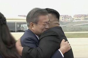 Kim-Moon gặp nhau: Cái ôm đầy những thách thức