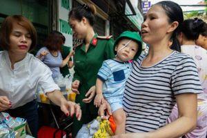 Vụ cháy 19 căn nhà tại Hà Nội: Người dân thẫn thờ nhận đồ cứu trợ