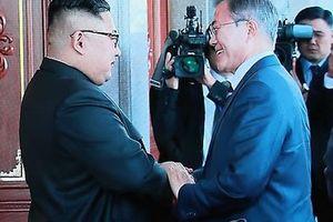 Thái độ khiêm tốn của ông Kim khi tiếp ông Moon