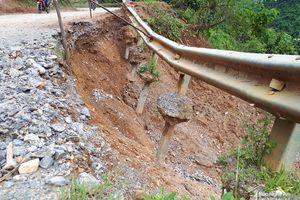 Nguy cơ đứt đường trên Quốc lộ 16 đoạn qua Kỳ Sơn