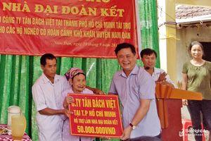 Đồng chí Thái Thanh Quý trao nhà đại đoàn kết tại xã Nam Xuân, huyện Nam Đàn