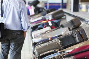 Nhân viên sân bay ngang nhiên ăn cắp đồ trong hành lý của hành khách