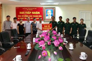 Bộ Chỉ huy Quân sự tỉnh ủng hộ người dân bị thiệt hại do mưa lũ