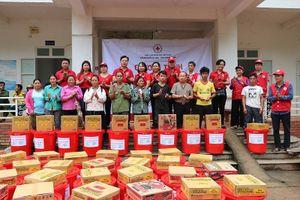Hội Chữ thập đỏ TP Hà Nội tặng quà cho huyện Mường Lát
