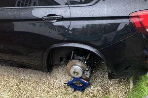 Hy hữu, trộm tháo 4 bánh ô tô BMW khi chủ nhân đang say giấc trên xe
