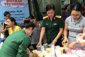 Nhiều nhà hảo tâm tới giúp đỡ người dân sau vụ cháy tại đường Đê La Thành (Hà Nội)