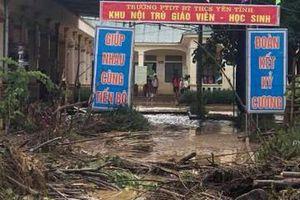 Nghệ An: Hàng trăm học sinh, người dân hốt hoảng chạy lũ trong đêm