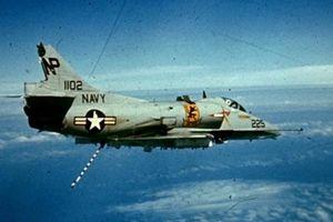 Phi công thoát chết khi cường kích A-4 bị bắn nát đuôi