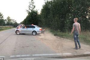 Khách vứt chai nước ra đường, tài xế taxi 'vứt' luôn khách ra khỏi xe