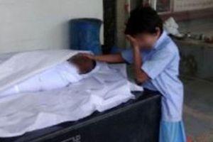 Bức ảnh cậu bé khóc trước thi thể cha gây xúc động, nhận về hơn 43.000 USD quyên góp trong 24 giờ