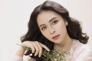 Ca sĩ Trần Mỹ Ngọc khoe vẻ gợi cảm với trang phục voan