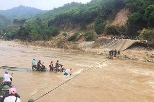 Dựng cầu tạm thay thế đập tràn bị đứt gẫy tại bản Na Chừa, xã Mường Chanh