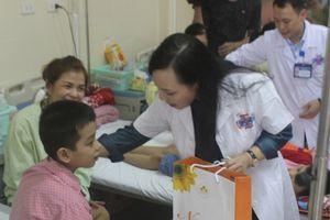 Bộ trưởng Bộ Y tế tặng quà các bệnh nhi dịp Trung thu