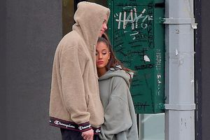 Ariana Grande lần đầu tiên xuất hiện sau cái chết của bạn trai cũ