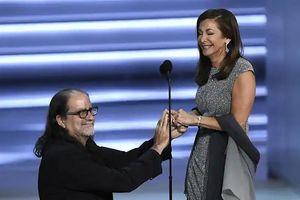 Cầu hôn tại Emmy Awards, Glenn Weiss không bị 'ném đá' như Trường Giang