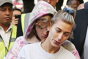 Justin Bieber ôm hôn say đắm Hailey Baldwin trước nghi vấn đã kết hôn