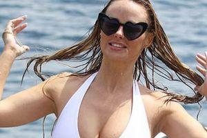 Người mẫu Rhian Sugden gợi cảm trên biển