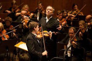 Dàn nhạc giao hưởng London biểu diễn trên phố đi bộ hồ Gươm