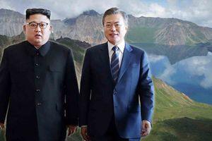 Ông Kim Jong Un và Moon Jae In thăm ngọn núi 'linh thiêng'