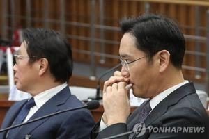 Sếp Samsung bị bắt gặp dùng son dưỡng môi