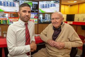 Ireland: Cụ ông 84 tuổi tay không hạ gục 3 tên cướp