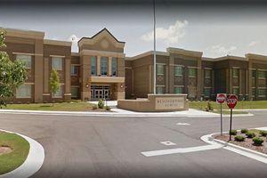 Học sinh lớp 2 bị bắn vào tay khi mang súng đến trường để khoe