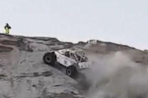 Clip: Thót tim cảnh xe địa hình leo dốc cát thẳng đứng
